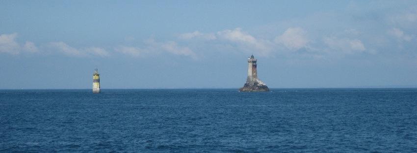 Leuchtturm und Signaltonne in der Raz de Sein in der Bretagne