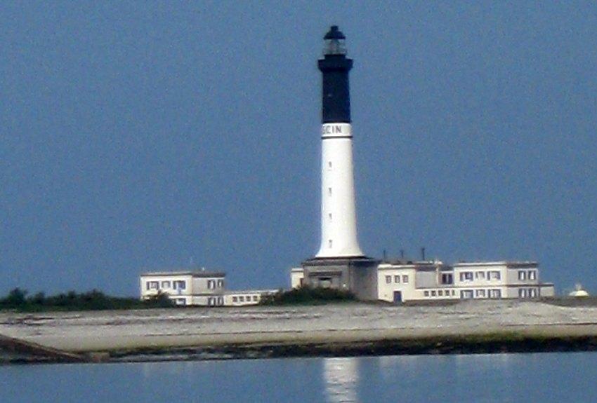 Der große Hauptleuchtturm auf der bretonischen Insel Sein