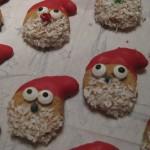 Nahaufnahme von zwei Weihnachtsmännern