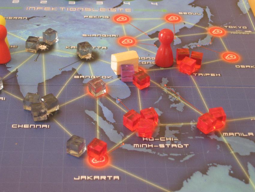 Blick auf das Spielfeld von Pandemie mit Erregelwürfelchen und Spielfiguren