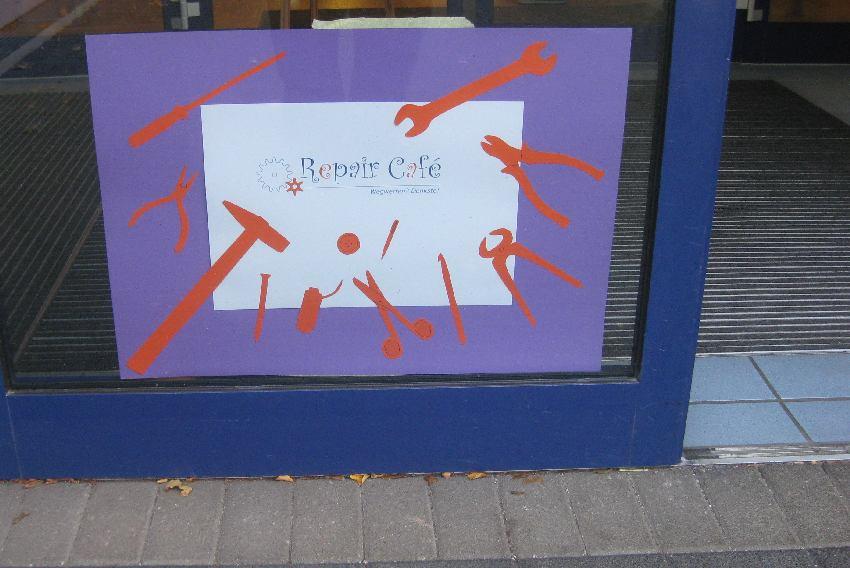Poster für das Repair Café mit selbstgebastelten Werkzeugen aus Papier