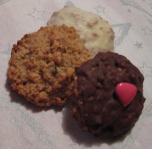 3 Elisenlebkuchen, einer Natur, einer mit weißer Schokoglasur, einer mit dunkler Schokolade