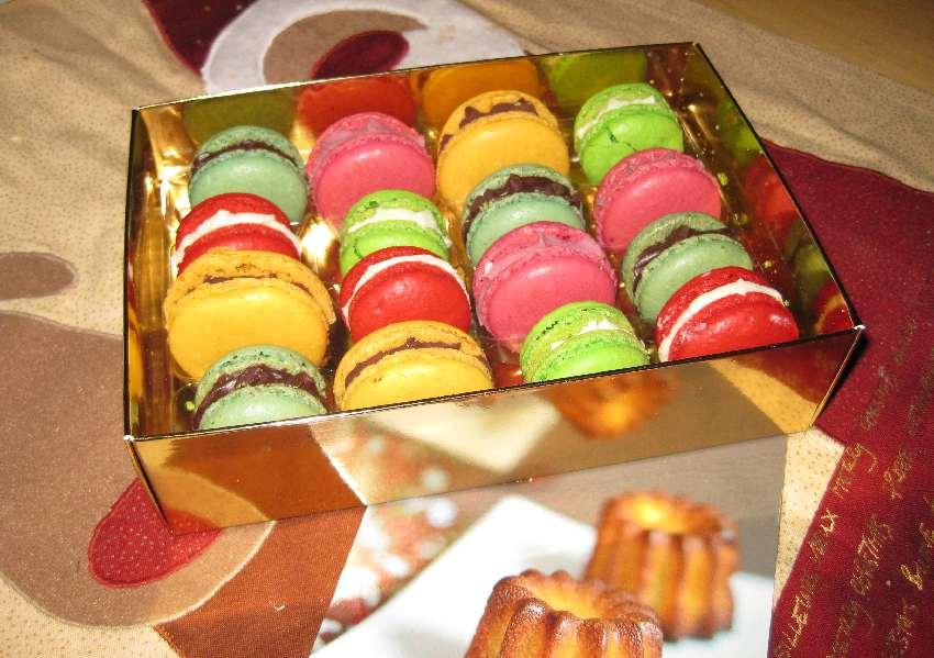 Schachtel mit 16 bunten Macarons