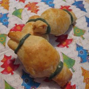 Teigtaschen mit Frischkäse-Schinkenfüllung als Knallbonbons geformt