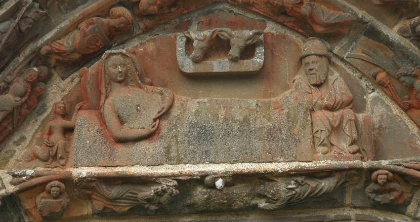 Krippendarstellung am Portal einer bretonsichen Kapelle, das Kind in Marias Armen fehlt