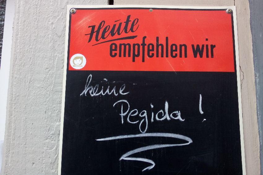 Tageskarte mit Aufschrift: Heute empfehlen wir keine Pegida