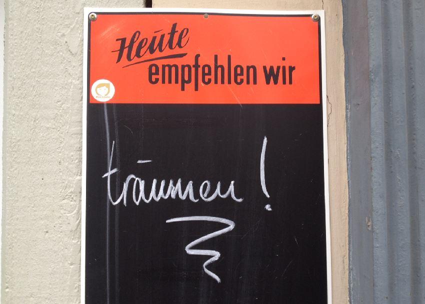 Tageskarte mit Aufschrift: Heute empfehlen wir träumen