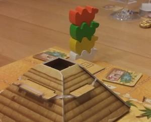 Die Würfelpyramide von Camel Up und vier aufeinandergestapelte Kamele