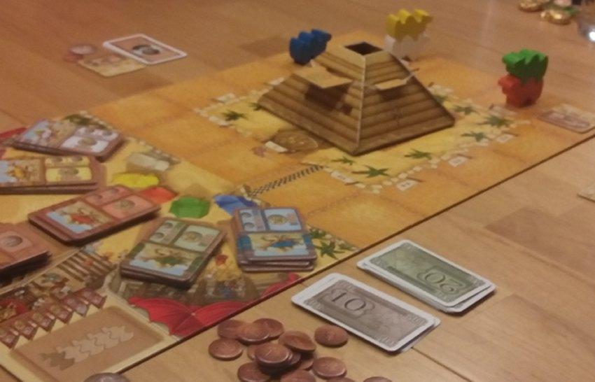Spielplan von Camel Up etwa in der Mitte des Spiels