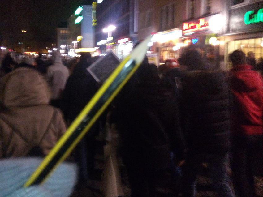 Eine Demonstrantin reckt einen Bleistift in die Höhe