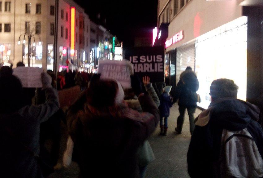 """Unterwegs in der Kölner Altstadt, Menschen halten """"Je suis Charlie""""-Schilder in die Höhe"""