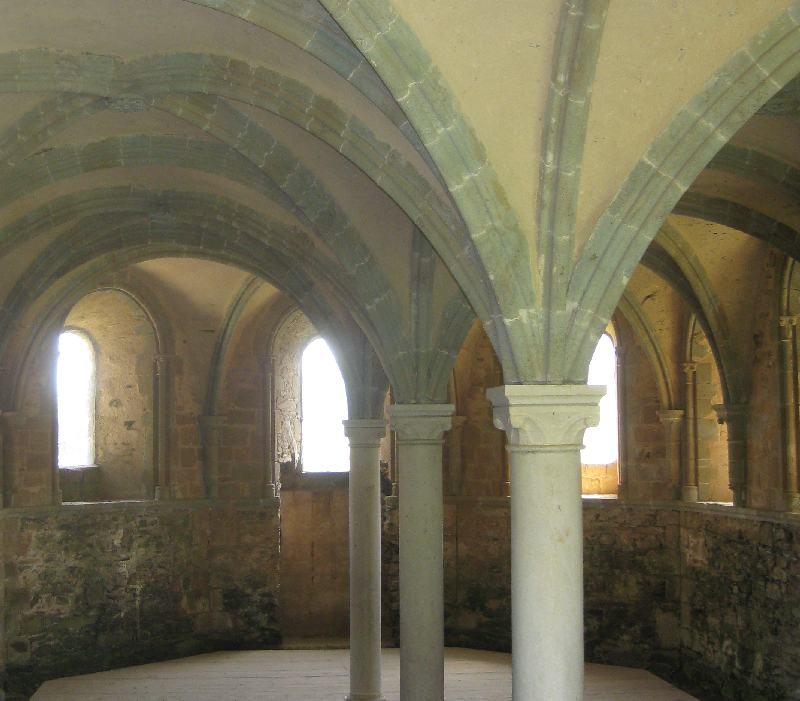 Ein von einem romanischen Gewölbe getragener Saal der Abbaye de Beauport