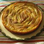 Bretonischer Apfelkuchen auf einer Tortenplatte