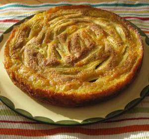 Der bretonische Apfelkuchen angerichtet auf einer Tortenplatte