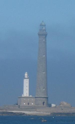 Der Granitleuchtturm der Ile vierge und sein kleinerer Vorgänger im Nebel