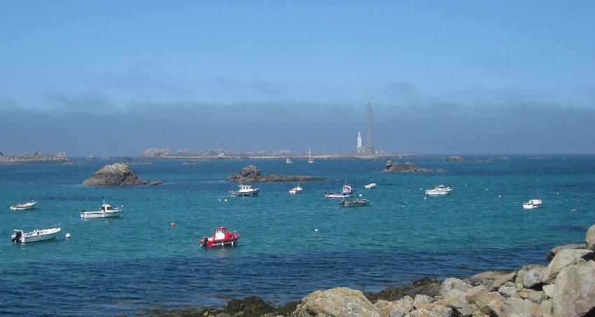 Der Leuchtturm in Lilia mit dem kleinen Naturhafen davor