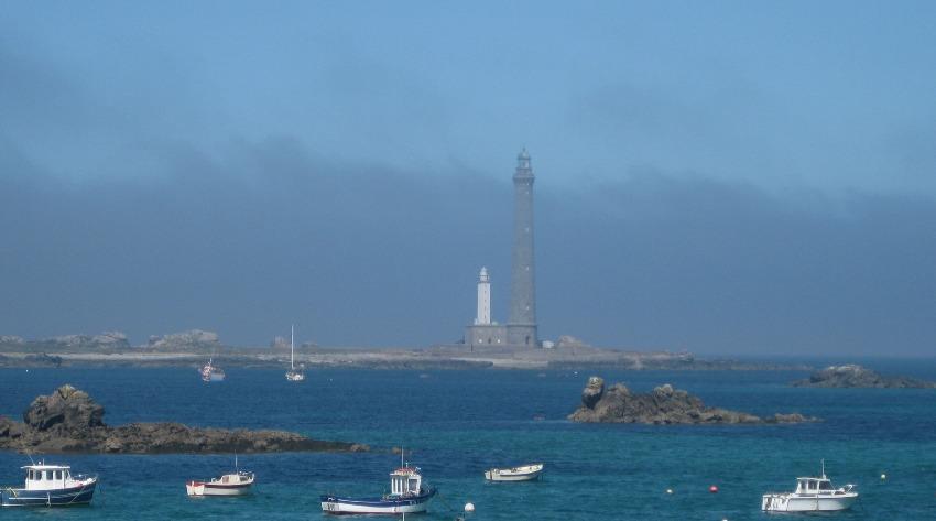 Der Phare bde l'île verge und einige Boote, die davor auf den Wellen schaukeln