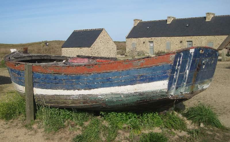 Altes, bunte bemaltes Holzboot auf dem Dorfplatz von Meneham