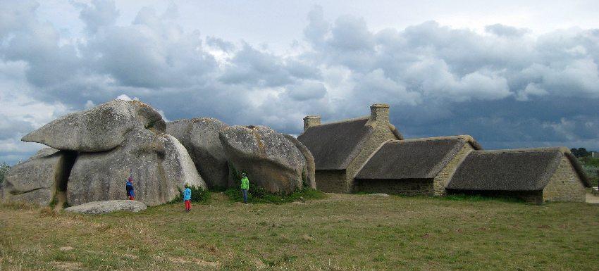 Häuser und Felsen von Meneham