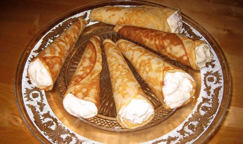Gefüllte Eiserwaffeln auf einer Tortenplatte