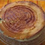 Far breton auf einer Kuchenplatte