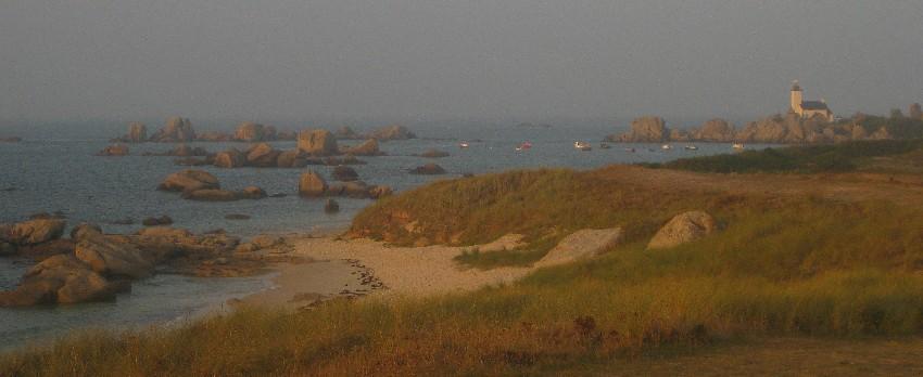 Phare de Pontusval mit den davorliegenden Felsen in der Abendsonne