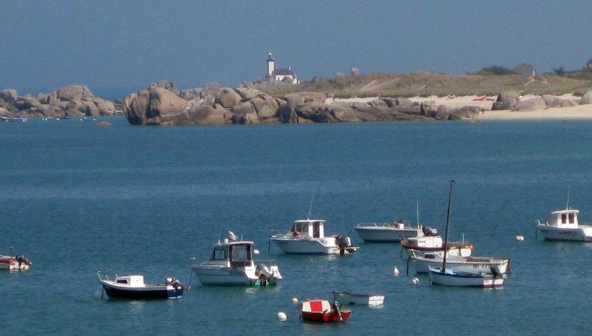 Der Leuchtturm von Pontusval mit dem kleinen Naturhafen davor