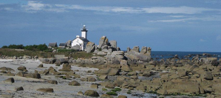 Leuchtturm von Pontusval von der Rückseite aus gesehen mit großen Felsen im Vordergrund