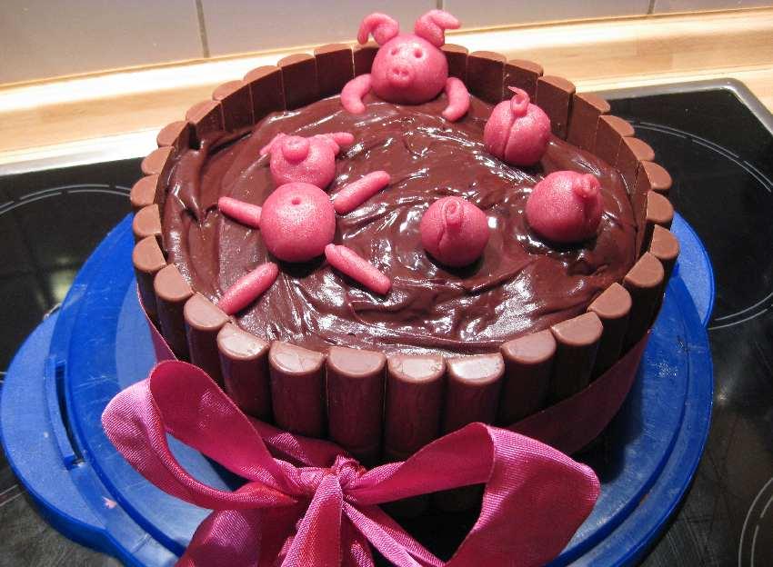 Die Schweinetorte mit einem rosa Schleifenband drumherum