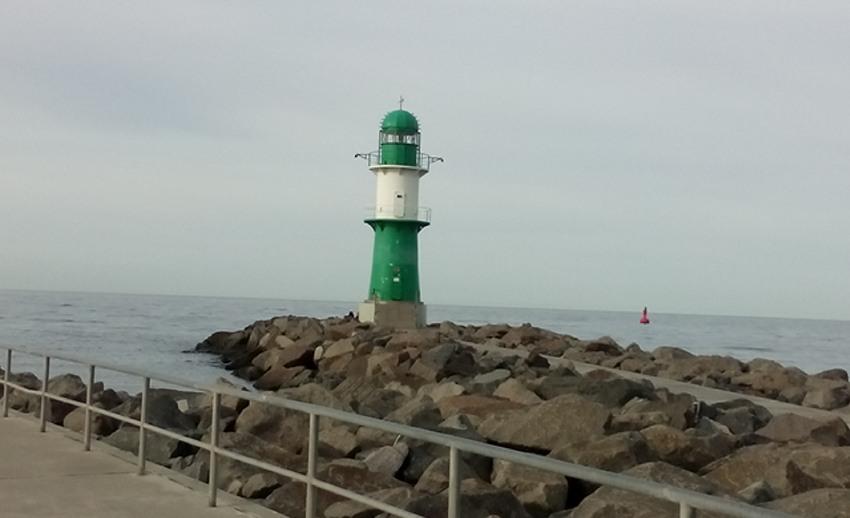 Grüner Leuchtturm auf der linken Seite der Mole in Warnemünde