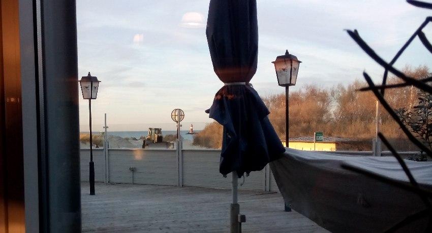Blick aus dem Fenster des Restaurants unterhalb des historischen Leuchtturms von Warnemünde