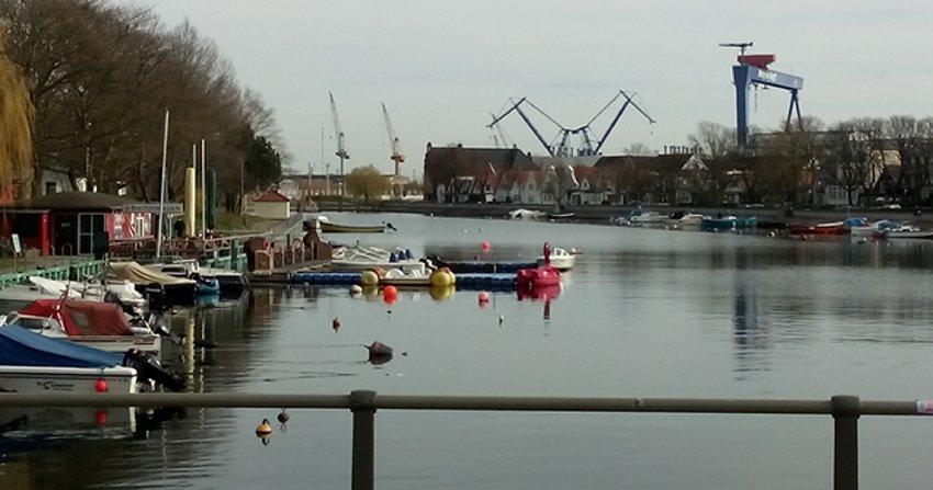 Blick in Richtung der Werft in Warnemünde von der Brücke am Alten Strom