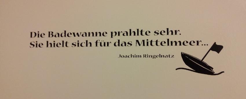 Text auf den Badfließen: Die Badewanne prahlte sehr, sie hielt sich für das Mittelmeer. Joachim Ringelnatz