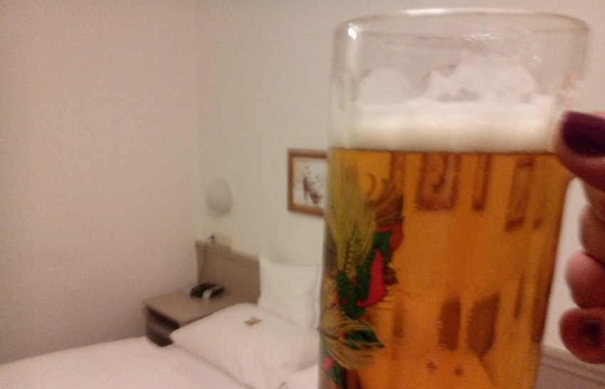 Bierglas vor Zimmerkulisse