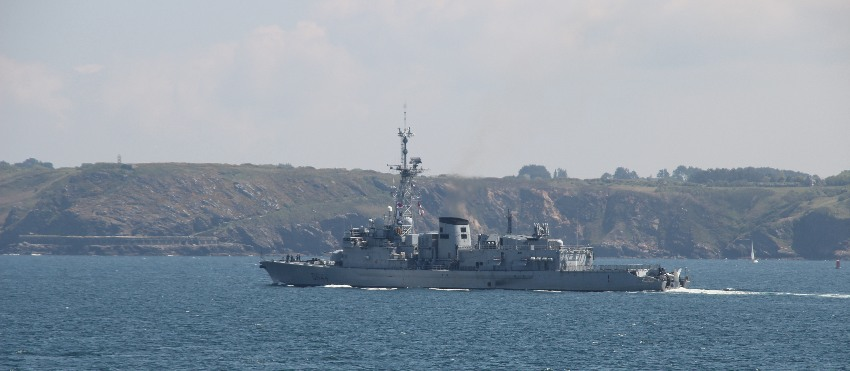 Französische Fregatte fährt am Phare du Petit Minou vorbei in Richtung Brest