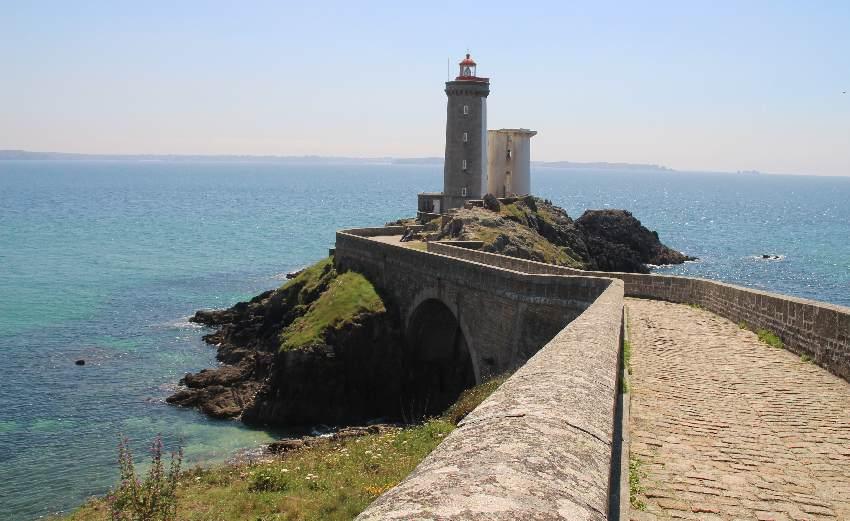Phare du Petit Minou mit dem alten Radarturm der Marine daneben