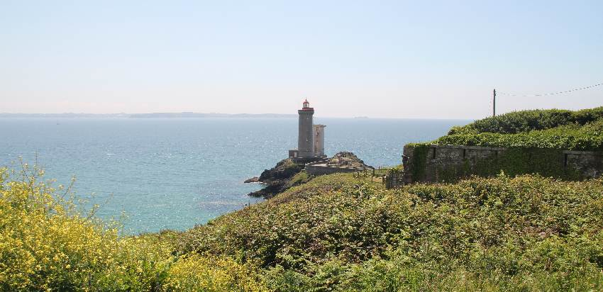 Weg zum Leuchtturm und Leuchtturm Petit Minou in der Sonne