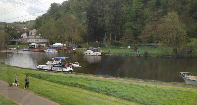 Blick auf die Lahn mit Booten