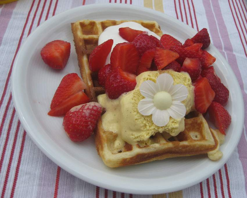 Waffel mit Erdbeeren und Vanille-Eis