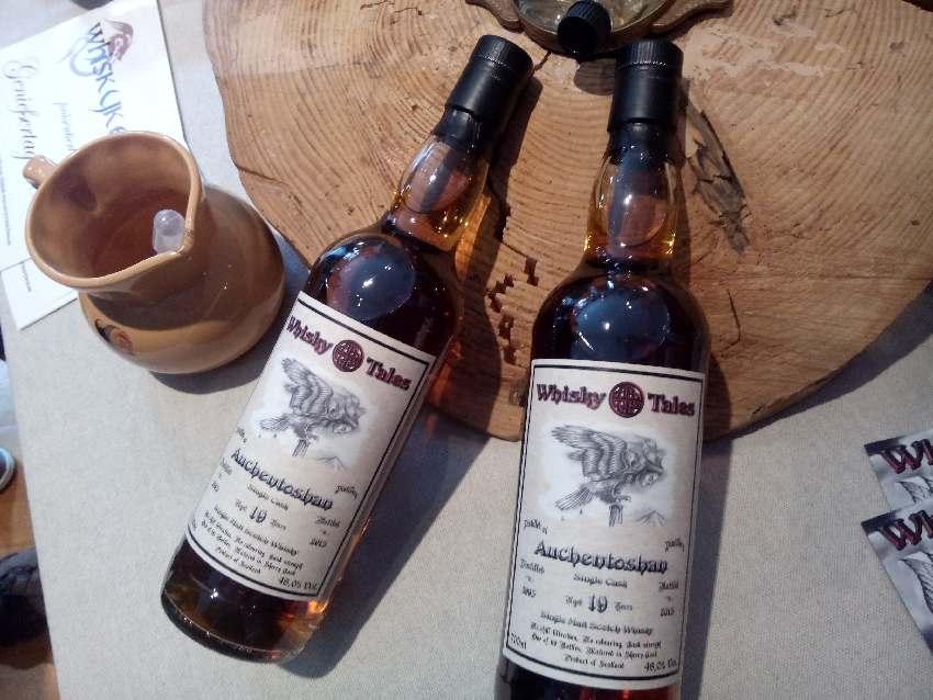 Zwei Flaschen eines sehr dunklen zehnjährigen Auchentoshan