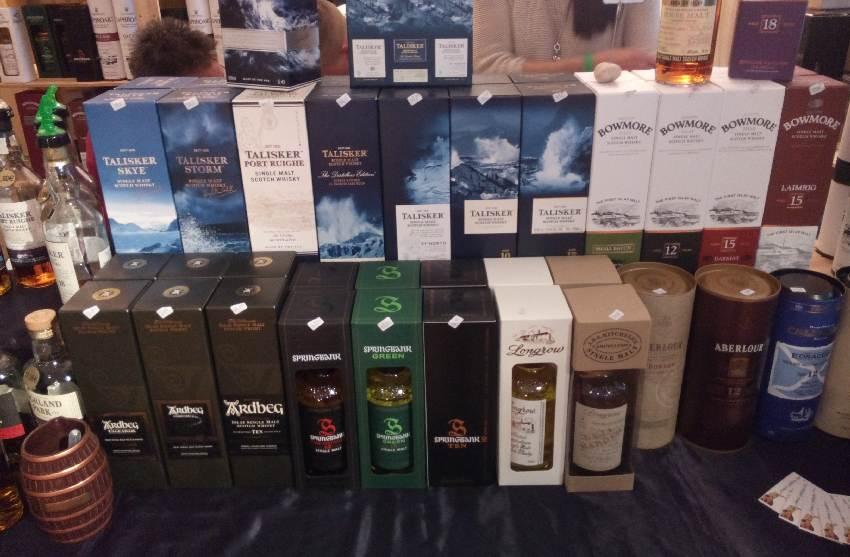 Aufgereihte Flaschen verschiedener Distillen in ihren schön gestalteten Kartons