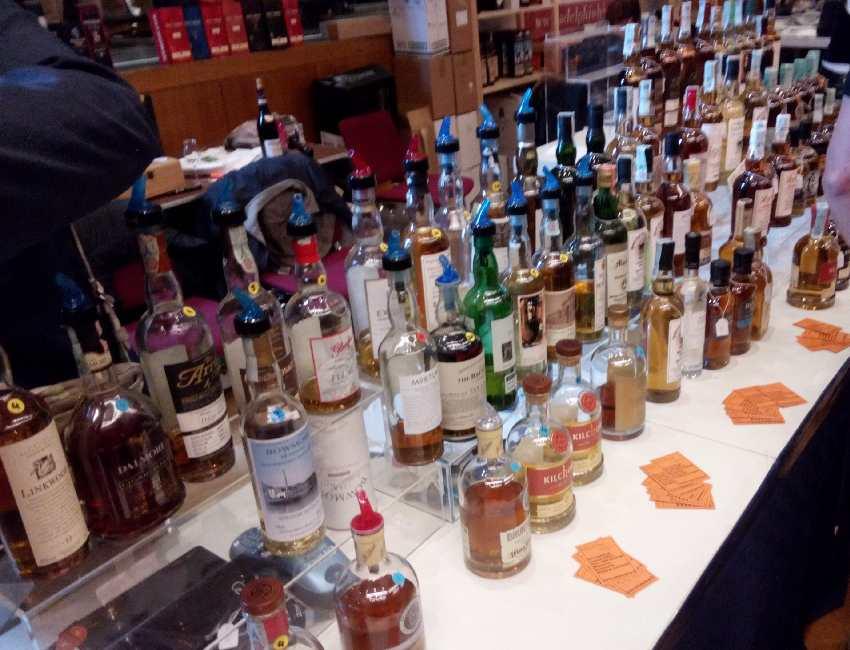 Theke mit Flaschen, die zum Probieren geöffnet wurden