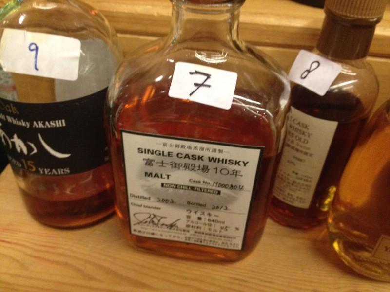 Mehrere japanische Whiskys in unterschiedlich geformten Flaschen nebeneinander