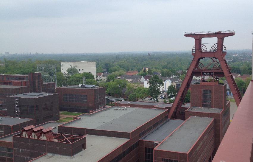 Blick über Förderturm und Gelände der Zeche Zollverein vom Panoramadach aus