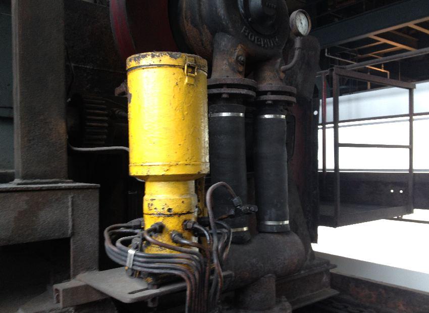 Gelber Kessel auf großen grauen Rohren in der Zeche Zollverein in Essen