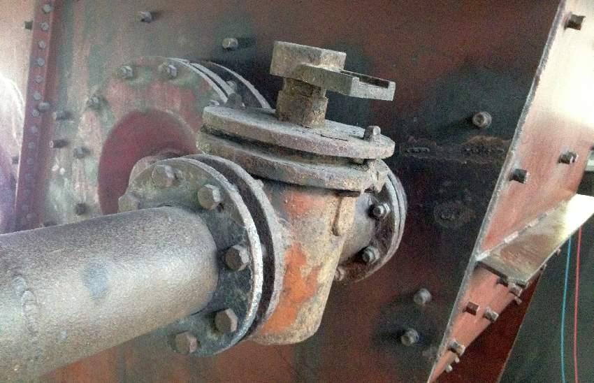 Ein großes orange-brauen Rohr mit einem großen Verschluss in der Zeche Zollverein in Essen