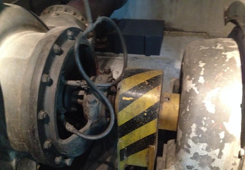 Riesige Schraube mit Mutter und sehr dicken Kabeln in der Zeche Zollverein in Essen