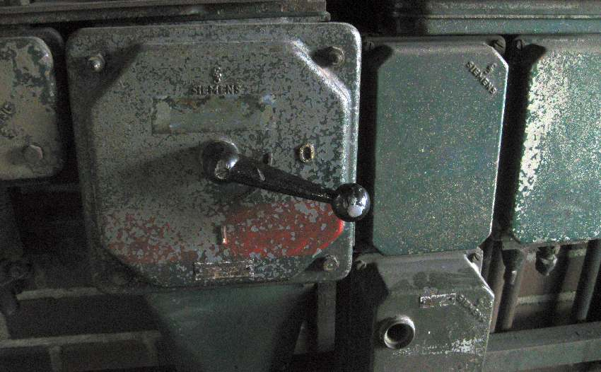 Großes grün-graues Etwas mit einem Handschalter in der Zeche Zollverein, Weltkulturerbe in Essen