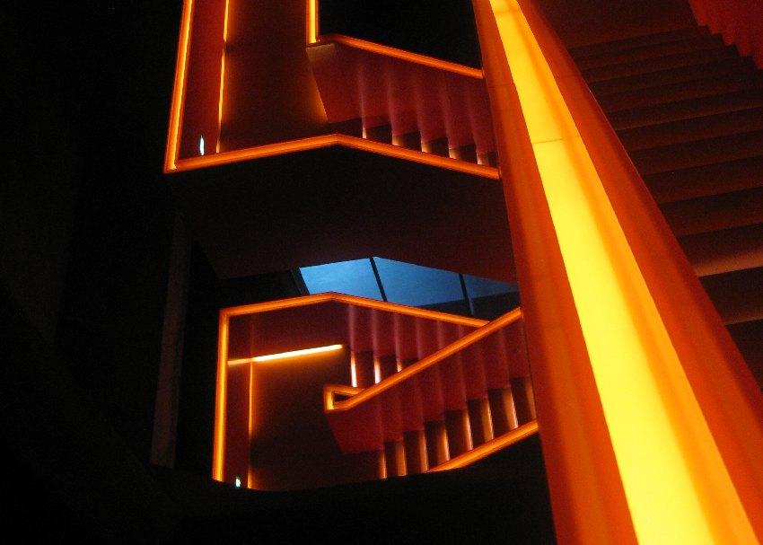 orange beleuchtetes Treppenhaus im Ruhr Mesum in der ehemaligen Kohlenwäsche des Weltkulturerbes Zeche Zollverein in Essen