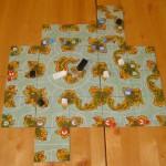 Spielplan von Akrotiri mit einigen angelegten Inselkärtchen